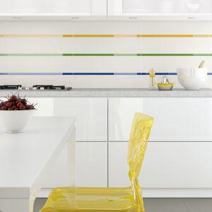 Uniwersalne szklane dekoracje można układać w wielokolorowe pasy, łącząc je z białymi płytkami ceramicznymi. Tak udekorowana ściana nad blatem wygląda bardzo nowocześnie. Na zdjęciu: dekoracje z serii Glass marki Opoczno. Fot. Opoczno.