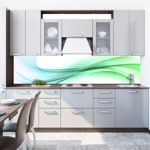 Szarości szafek kuchennych dobrze jest skontrastować z bardziej ożywionym kolorem. Fototapeta ma abstrakcyjny, zielony wzór. Zabezpieczona szkłem, będzie długo dekorować ścianę nad blatem. Na zdjęciu: fototapeta z linii FKA175 firmy DecoMania. Fot. DecoMania