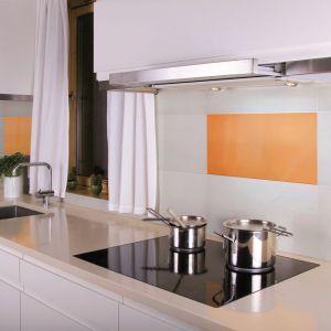 Jasną ścianę nad blatem można urozmaicić szklanym obrazem. Wykonane ze szkła dekory w apetycznych, soczystych kolorach pozwolą urządzić wnętrze ze smakiem. Na zdjęciu: szklane płytki Citrus z kolekcji Alchemia marki Ceramstic. Fot. Ceramstic.