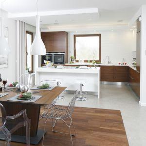 Otwarta przestrzeń kuchenna to kontynuacja części dziennej. Dzięki temu, że rządzą tu podobne kolory i materiały, kuchnia nie przypomina tradycyjnego miejsca przygotowywania posiłków. Proj. Piotr Stanisz. Fot. Bartosz Jarosz.
