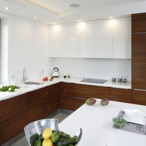 Kuchnia w bieli i drewnie to przyjemne miejsce do gotowania i siadania do wspólnej kawy. Proj. Piotr Stanisz. Fot. Bartosz Jarosz.