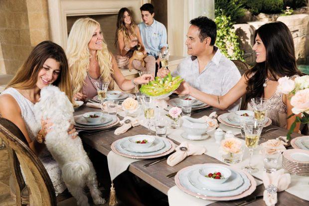Święta Wielkiej Nocy to czas wypełniony spotkaniami w rodzinnym gronie. W te wyjątkowe dni przygotowujemy pyszne, tradycyjne potrawy i dekorujemy stół nadając mu świąteczny charakter. Pisanki, zające, świeże kwiaty czy piórka to elementy abso