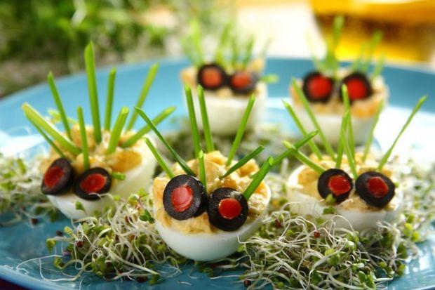 Doskonałe jako przystawka albo przekąska, niezbędne do przygotowania pysznych wypieków, a przy tym świetna podstawa dań głównych – jajko! Często niedoceniane w naszych codziennych kulinarnych zmaganiach, staje się bezcenne w czasie Wielkanocy.