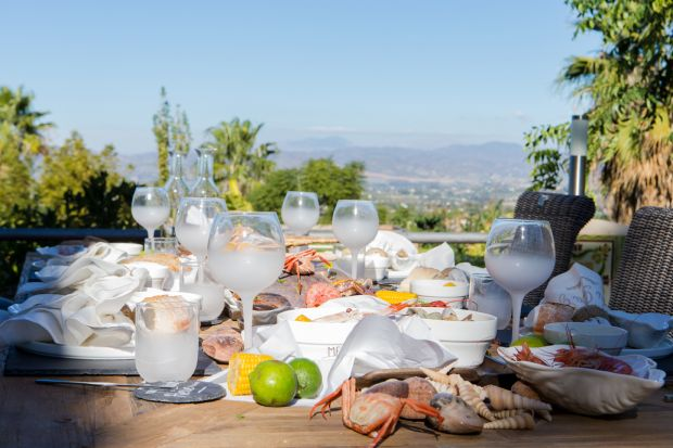 Ogród to doskonałe miejsce na posiłek wiosną czy latem. Zobaczcie jak zaaranżować stół z tej okazji.