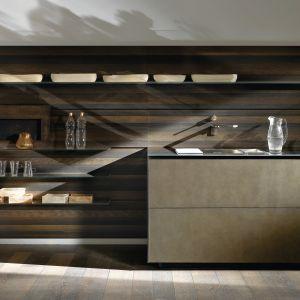 Na zdjęciu: kuchnia Riciclantica firmy Valcucine; okładzinę ściany i fronty wykonano z wiekowego drewna poddanego specjalnej obróbce. Fot. Valcucine.