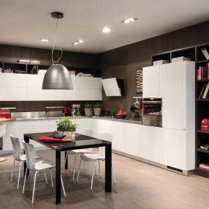 Na zdjęciu: kuchnia Perfecta firmy Scavolini; na blaty oraz ściany nad nimi można wybrać stal szlachetną, jest też możliwość łączenia jej z innymi wykończeniami. Fot. Scavolini