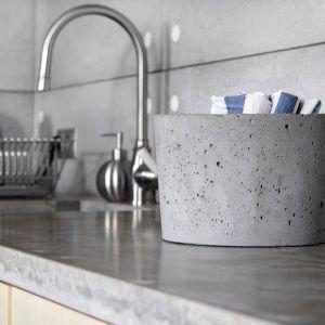 Na zdjęciu: beton architektoniczny Timeless firmy Morgan&Möller; do wyboru kilka odcieni szarości oraz kolory zbliżone do palety RAL, a także różne wykończenia (gładkie, z ziarnami lub efektem marmuru). Fot. Morgan&Möller.