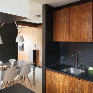 Na zdjęciu: okładzina granitowa w kuchni  zaprojektowanej przez architektów Kasię i Michała Dudko z FORMATIV. Fot. Bartosz Jarosz.