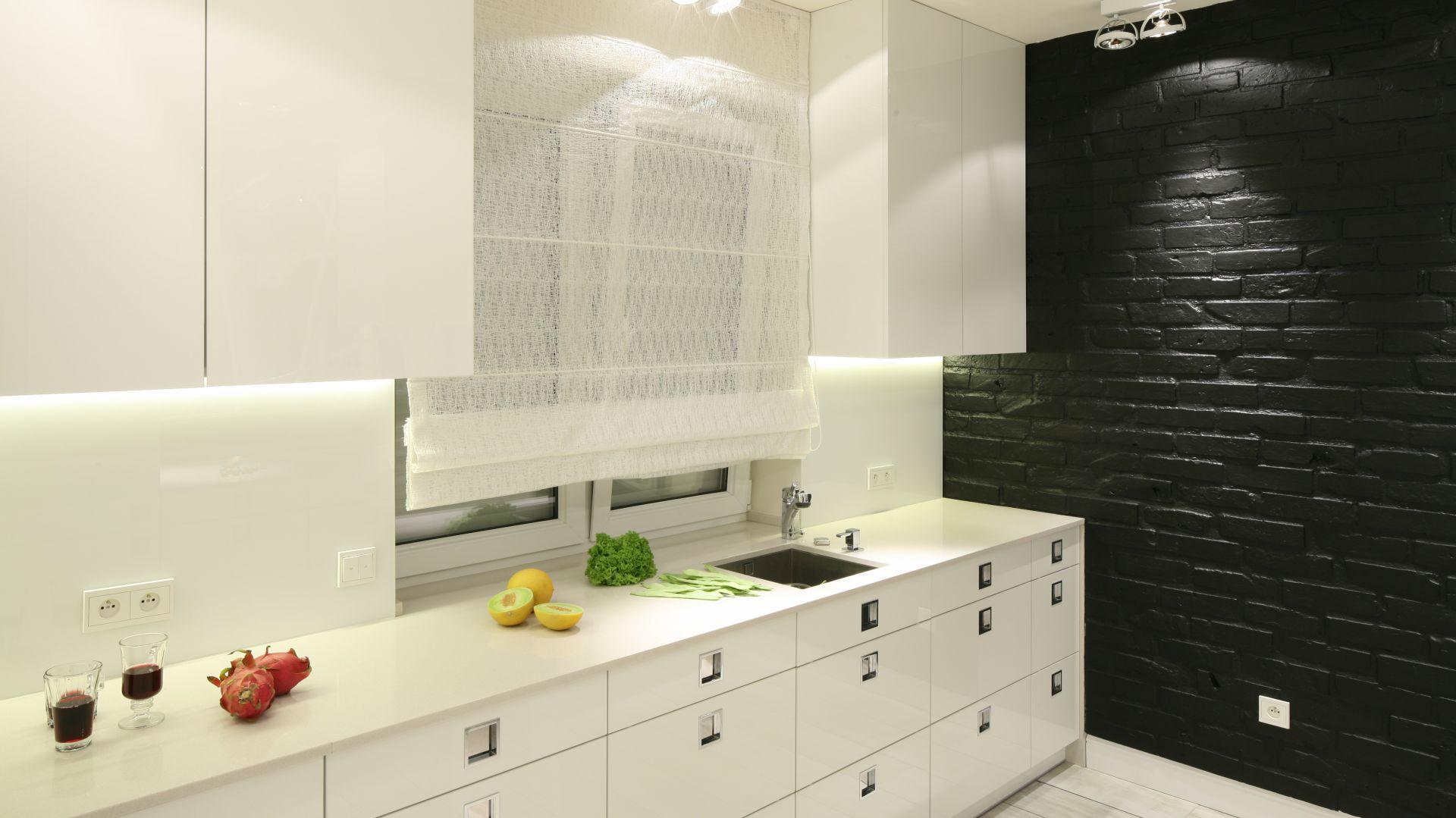 W kuchni jedna ze ścian wyłożona została cegłą pomalowaną na czarno. Projekt Dominik Respondek. Fot. Bartosz Jarosz.