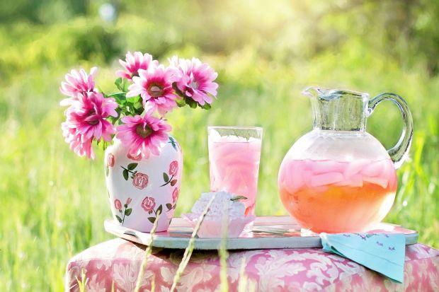 Sezon na garden party już rozpoczęty. W menu nie może zabraknąć orzeźwiającej lemoniady - spróbuj jej kwiatowej wersji. Podana w praktycznym i stylowym słoju z kranikiem z pewnością zachwyci gości.
