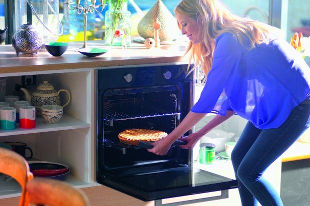 Puszyste ciasto z truskawkami, babeczki z jagodami, a może tarta z malinami...? Czas na wypieki z sezonowymi owocami, które zachwycają smakiem oraz aromatem i zawsze poprawiają humor! W przygotowaniu ulubionych słodkości pomoże nowy piekarnik FS 98