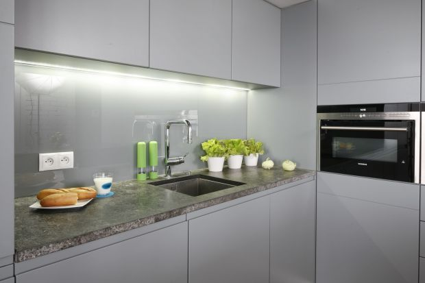 Oświetlenie LED cieszy się niegasnącą popularnością. Zobaczcie jak montować taśmy LED w kuchni.