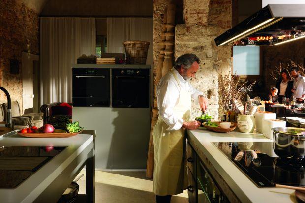 Kuchnia tętniąca życiem, nasycona aromatem świeżych ziół i niezapomnianym smakiem warzyw dojrzewających w pełnym słońcu Florencji, stała się inspiracją do stworzenia kolekcji Passion, należącej do systemu Frames by Franke.