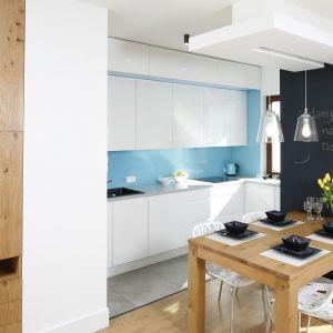 W kuchni niebieskim akcentem jest ściana nad blatem wykonana z hartowanego szkła. Projekt Agnieszka Zaremba, Magdalena Kostrzewa-Świątek. Fot. Bartosz Jarosz.