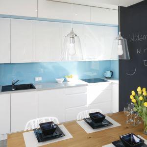 Kuchnię urządzono w formie aneksu. Dominuje tu biel która optycznie powiększa przestrzeń. Projekt Agnieszka Zaremba, Magdalena Kostrzewa-Świątek. Fot. Bartosz Jarosz.