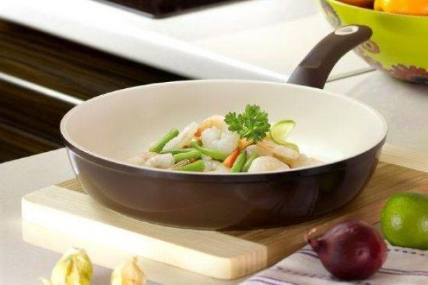 Smażenie to jedna z najpopularniejszych metod przygotowywania posiłków, niestety, zdaniem wielu jest ona zbyt niezdrowa. Czy chcąc gotować dietetycznie i lekkostrawnie trzeba rezygnować z ulubionych dań i starych przyzwyczajeń? Okazuje się, że n