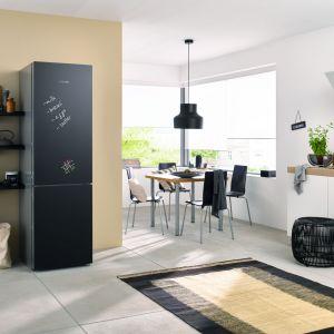 Chłodziarko-zamrażarka BLACKBOARD EDITION ze specjalną powierzchnią pełniącą funkcję tablicy, zmienia centrum zarządzania domem na bardziej praktyczne i eleganckie. Miele.