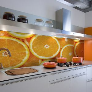 Soczyste pomarańcze to jeden z najbardziej popularnych motywów owocowych na fototapety. I nic w tym dziwnego skoro ich kolor pobudza apetyt i wnosi do wnętrza spora dawkę energii. Fot. Big Trix.