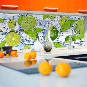 Orzeźwiające limonki na fototapecie nad blat w kuchni ożywią jej przestrzeń, wnosząc do wnętrza codzienna porcje dodatkowej energii. Fot. Livingstyle.pl.