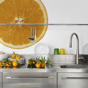 Energetyzująca pomarańcza w skali makro to doskonały pomysł na fototapetę nad blat. Fot. Dekornik.pl