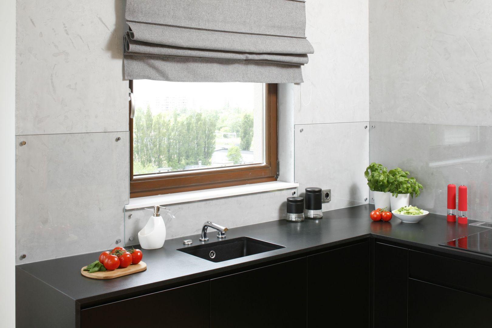 Szara barwa tynku doskonale imituje architektoniczny beton, nadając kuchni minimalistyczny wyraz.  Projekt: Małgorzata Łyszczarz. Fot. Bartosz Jarosz.