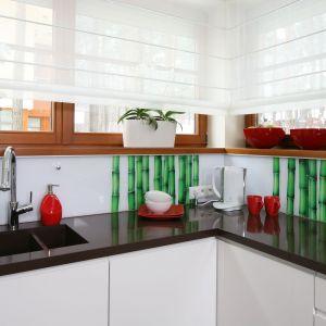 W białej kuchni mocny akcent kolorystyczny stanowi fototapeta z zielonymi bambusami. Wyłożono nią jedynie róg pod oknami. Projekt Katarzyna Mikulska -Sękalska. Fot. Bartosz Jarosz.