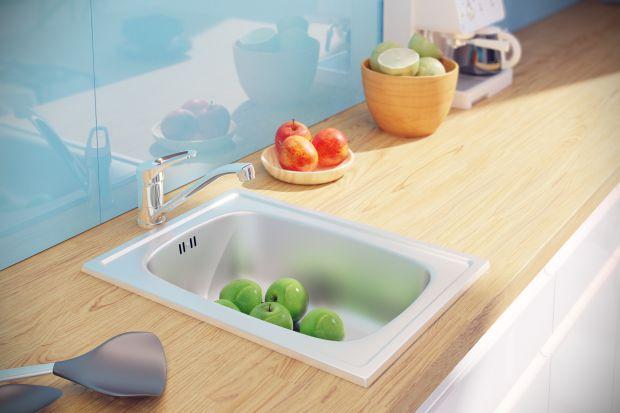 Malutka kuchnia, mały zlewozmywak, w nim… wcale niemałe talerze i kubki. Jak w mini warunkach osiągnąć maxi efekty?