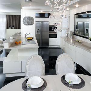 Półwysep to centralny element wnętrza. Znajdują się w nim duże i pojemne szuflady dostępne zarówno od strony salonu, jak i jadalni.