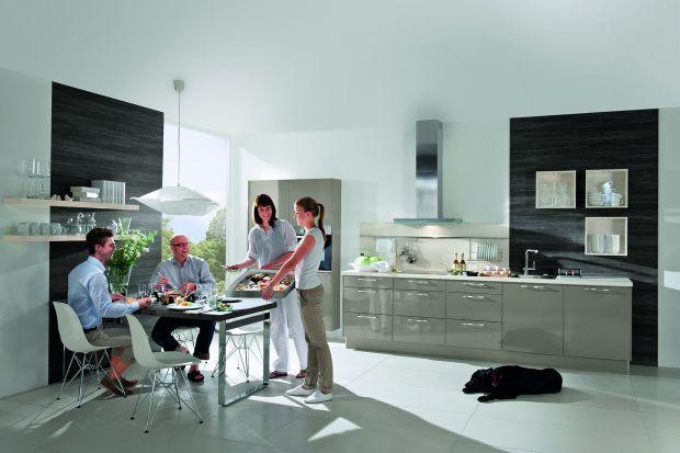 Zamrażarka to urządzenie, które często pomijamy podczas aranżacji kuchni – głównie z powodu braku wolnej przestrzeni. Sprzęt ten często kojarzy się z dużymi gabarytami czy rzadkim wykorzystywaniem. Warto się jednak zastanowić, czy nie skusi