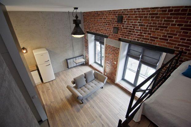 Duże okno to ozdoba każdego pomieszczenia. Optycznie powiększa przestrzeń oraz nadaje wyjątkowego charakteru. Dowiedz się, czy firanki są nadal modne, jak wykorzystać potencjał parapetu oraz co zrobić, żeby doświetlić pokój.