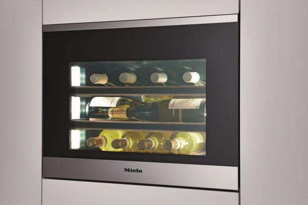 Optymalne warunki przechowywania wina w kompaktowej formie – oto, co oferuje chłodziarka na wino Miele do wysokiej zabudowy. Od teraz , aby cieszyć się trwałością najszlachetniejszych roczników, nie musimy posiadać własnej piwniczki czy szukać