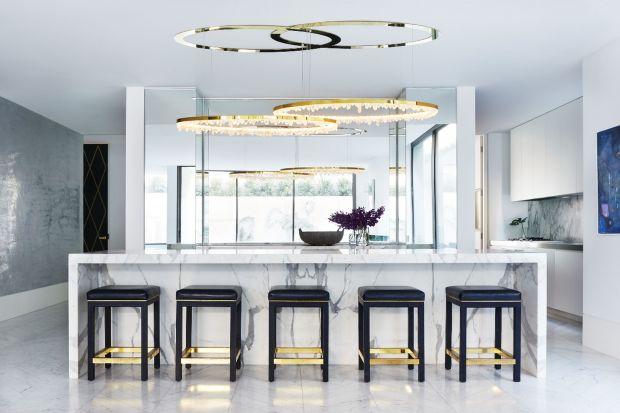 Spektakularne lampy Christophera Bootsa zdobią domy i wnętrza publiczne na całym świecie. Ten australijski designer kierując się swoją fascynacją naturą i światłem tworzy projekty oszałamiające swoją doskonałością. W Polsce lampy Christop