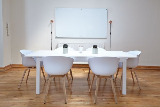 Renowacja podłogi: samodzielnie czy z udziałem profesjonalisty?
