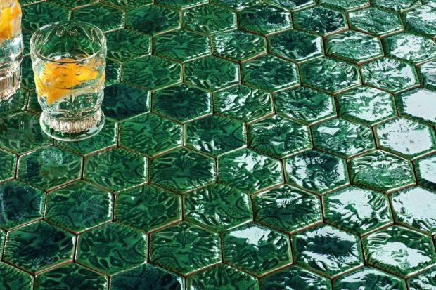 Park Güell to jedno z najbardziej charakterystycznych miejsc w Barcelonie. Wielki ogród zaprojektowany przez katalońskiego architekta Antonio Gaudíego słynie m.in. z mozaik wykonanych w katalońskiej technice trencadis. Polega ona na tworzeniu obraz�