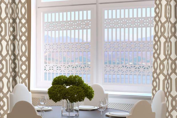 Ażurowe panele sygnowane marką Casa d'Arte to zupełnie nowy pomysł de-korowania ścian, okien czy kreowania zjawiskowych luster. Są niczym precy-zyjnie wycinane koronki – delikatne, subtelne i piękne. Tym większym zasko-czeniem jest fakt, że w