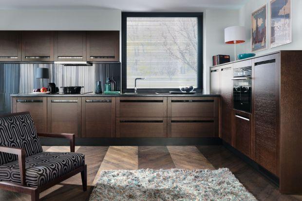 Ciemne barwy są coraz popularniejsze we wnętrzach. Trend ten nie omija również kuchni. Odcienie szarości w tym ciemne i wpadające w czerń nadają nawet najprostszej kuchni niepowtarzalnego wyrazu.