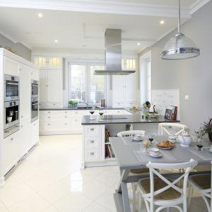 W urządzonej w klasycznym, francuskim stylu kuchni postawiono na biel i szarości. Projekt Maciejka Peszyńska-Drews. Fot. Bartosz Jarosz.