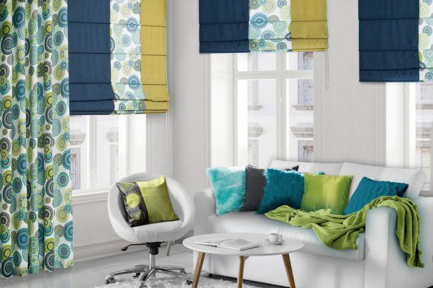 Właściwe pomiary, dobór tkanin oraz ozdób, projekt upięcia, szycie i montaż – stworzenie idealnej dekoracji okna wymaga odpowiednich przygotowań. Na każdym z tych etapów warto skorzystać z pomocy specjalisty – dekoratora, który zadba o każ