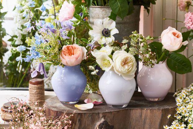Jak zaprosić wiosnę do wnętrza? To oczywiste – udekorować je świeżymi kwiatami! Dlatego Villeroy & Boch oddaje hołd wiosennym darom i wprowadza kolekcję Oronda. Te barwne wazony – nawet gdy zabraknie w nich kwiatowych bukietów – bę
