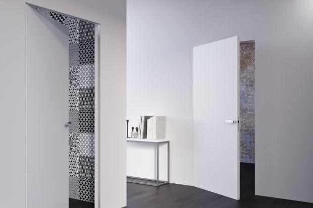 Niewidoczne ościeżnice sprawiające, że ściany stanowią jedną płaszczyznę z drzwiami - to coraz bardziej popularny trend w aranżacji nowoczesnych pomieszczeń. Podkreślają wyjątkowy charakter wnętrza, a także optycznie powiększają metraż.