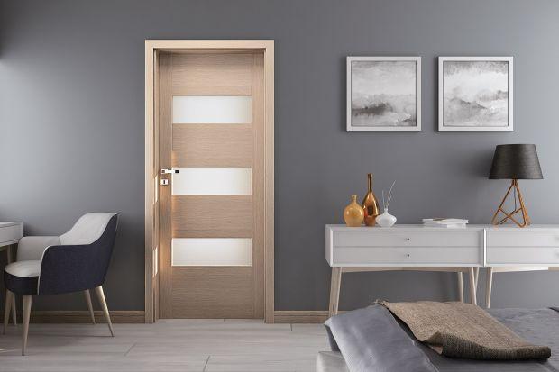Drzwi okleinowane, to coraz bardziej popularne skrzydła w naszych domach. Są trwałe, estetyczne, a przy tym niedrogie. Co warto o nich wiedzieć i na co zwrócić uwagę podczas zakupu drzwi?