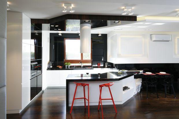 Biel, czerń i mocne, lecz ograniczone do minimum dodatki. Taka jest kuchnia dla minimalisty.