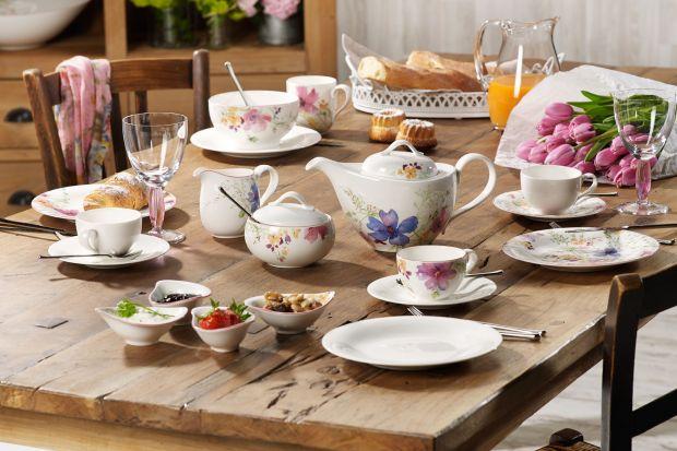 Delikatna porcelana, pastelowe tkaniny i sprzęt skąpany w rozkwitających kwiatach. Przy pomocy takich dodatków z powodzeniem można odmienić aranżacje wnętrza i wprowadzić do domu wiosenny, radosny nastrój.