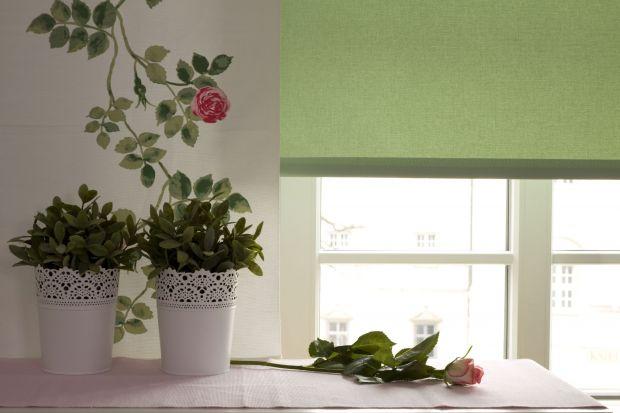 Nowe rolety, wisząca ozdoba, a może zasłony? Mała zmiana w aranżacji okna może tchnąć nowe życie i odmienić wnętrze. Postaw na delikatne jasne odcienie i kwieciste wzory w uroczym angielskim stylu. Wprowadzą wiosenny i przytulny nastrój.