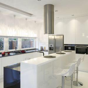 W przestronnej kuchni dominuje biel. W tym kolorze są zarówno wykonane na zamówienie meble, jak i okładziny ścienne. Projekt Katarzyna Mikulska-Sękalska. Fot. Bartosz Jarosz.