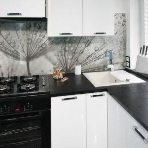 W kuchni biel i czerń łączy się z błękitem ścian. Projekt Marta Kilan. Fot. Bartosz Jarosz.