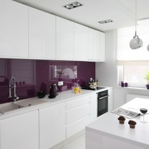 Do białej kuchni wprowadzono bakłażanowy fiolet. Projekt Anna Maria Sokołowska. Fot. Bartosz Jarosz.