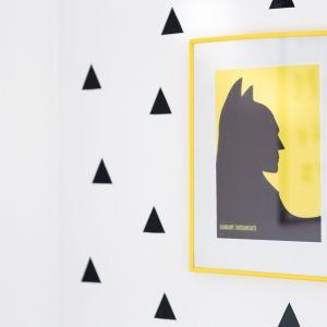 Czarno-biała ściana i żółty