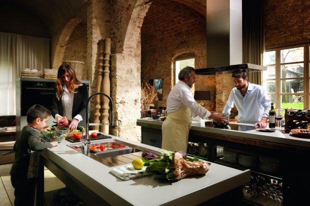 Zaprojektowana z myślą o koneserach, którzy uwielbiają gotować dla najbliższych i potrzebują komfortowej przestrzeni oraz zaawansowanej technologii, by realizować swoją kulinarną pasję.