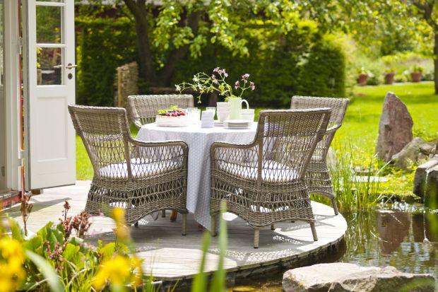 Latem dużo wolnego czasu spędzamy w ogrodzie oraz na tarasie, gdzie odpoczywamy, korzystając z piękniej pogody. Przed nadejściem sezonu warto zadbać o estetykę tych miejsc, a przede wszystkim zaopatrzyć je w wygodne i porządne meble ogrodowe, kt�